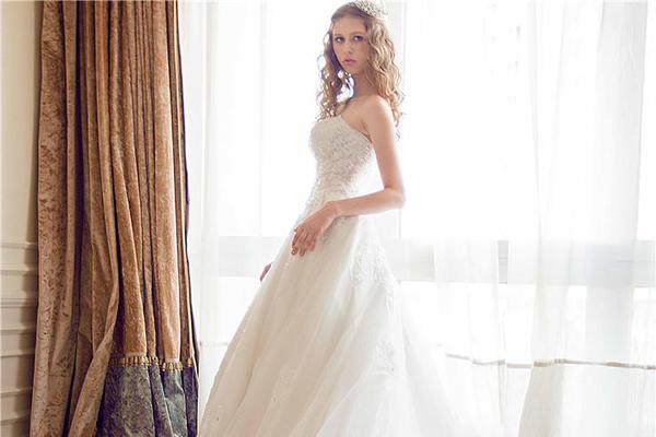 宫廷奢华蕾丝大拖尾婚纱——客户婚礼现场