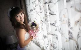 订婚礼跟妆服务免费租用婚纱一件