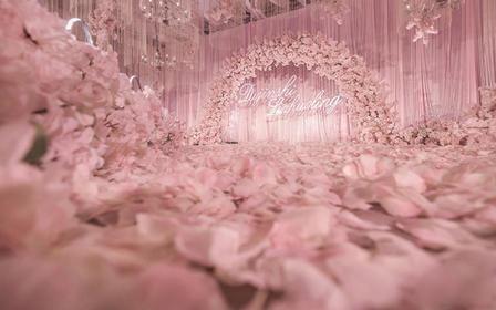 【诺时尚婚礼】订婚礼送克拉钻戒 浪漫樱花季