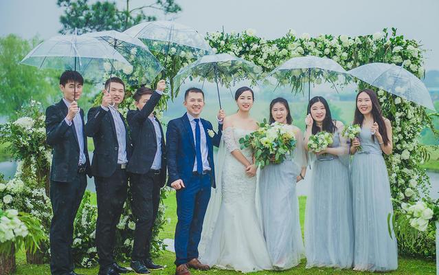 一组蒙蒙细雨中的户外婚礼,阴雨天的户外也很美