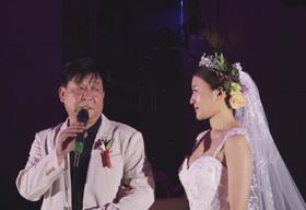 婚礼上,她的父亲几度哽咽 万象出品