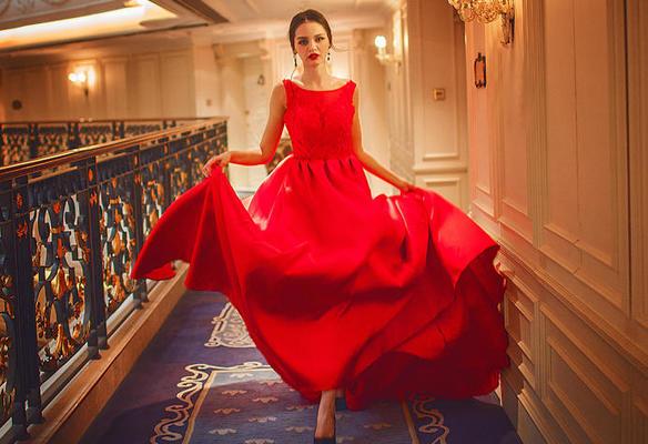 红色性感露背蕾丝缎面蓬蓬裙礼服---客户旅拍