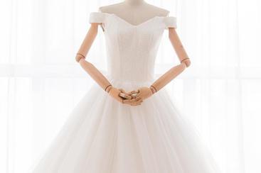 星冉。一字肩纯手工钉珠显瘦大拖尾婚纱