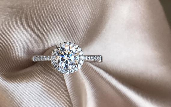 显大围镶款,经典复古的求婚钻戒