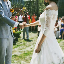 4月参加草坪婚礼穿什么礼服?