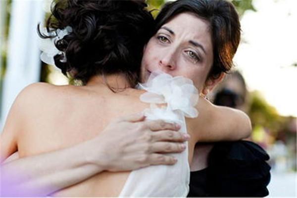 新娘和母亲拥抱图