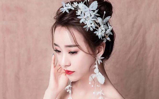 限时特惠:全场通选秀禾婚纱礼服各一件送全天跟妆
