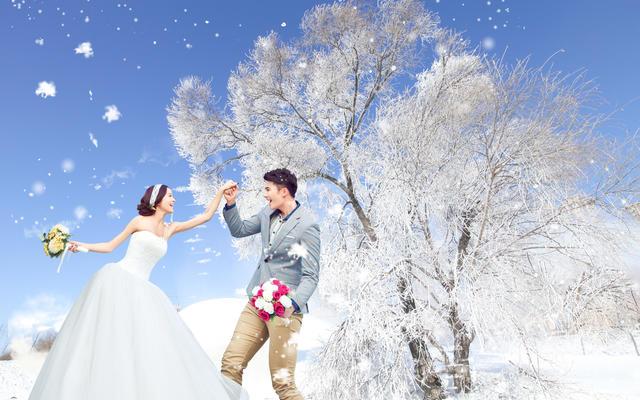 飘雪的季节雾凇雪景婚纱照