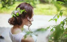 葱绿的背景,白色的你,一抹秋阳洒在脸上,温柔而美