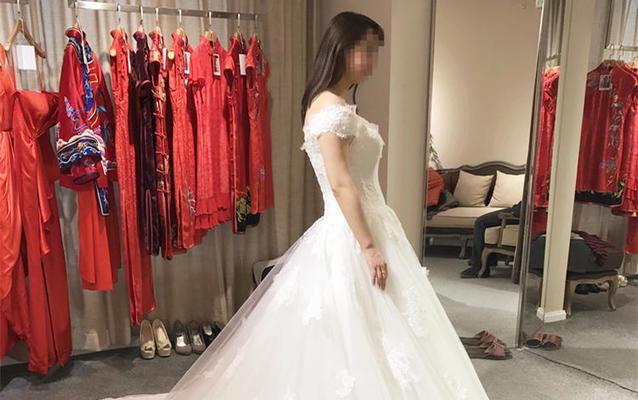 【浩爱婚纱】简约大方款式的买家试穿图