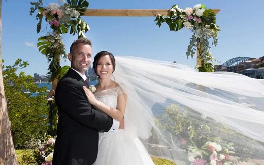 远嫁国外的美女给返的婚礼当天婚纱照片