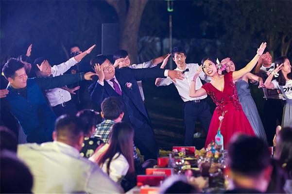 一场点击量过万的山庄舞会婚礼(带视频)