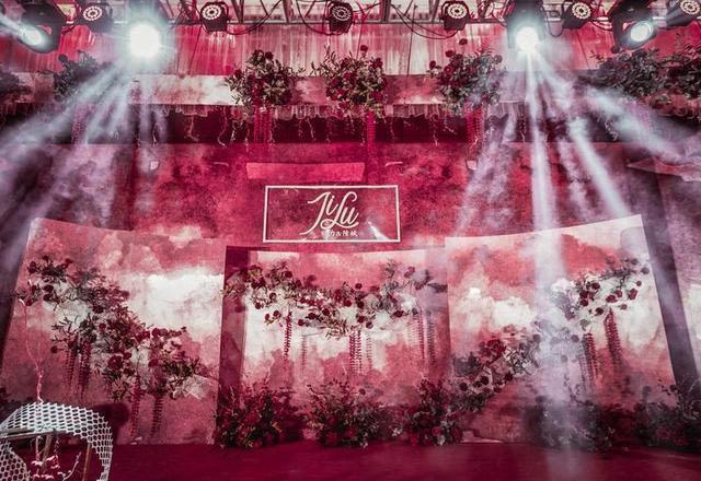 西式红色婚礼现场,灯光搭配鲜花