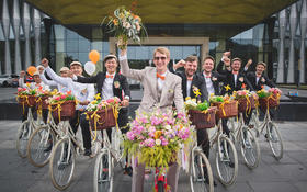 荷兰新郎骑着浪漫自行车迎娶增城姑娘