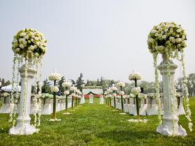 白色浪漫草坪婚礼现场布置图