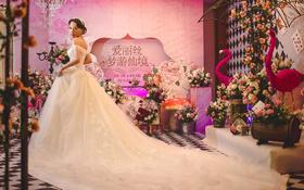 锁骨清晰的新娘选择抹胸款和一字肩款都很美