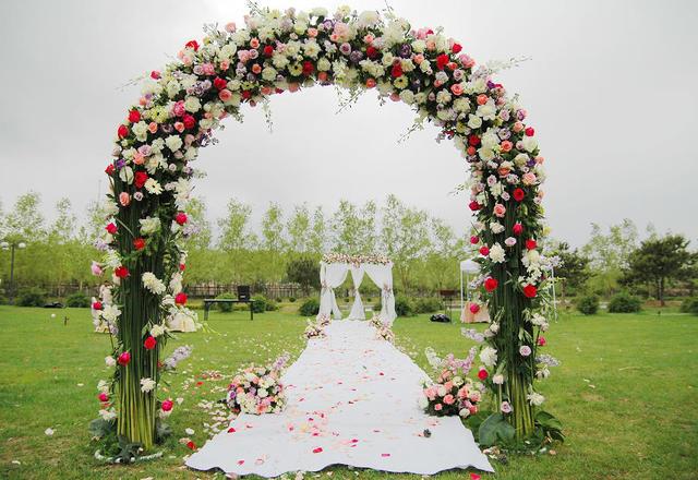 浪漫清新的白红色系草坪婚礼