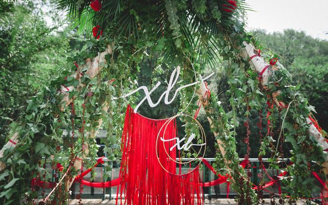 【春日婚礼策划】浓郁的红黑白配色草坪婚礼森林婚礼