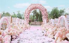 粉色草坪婚礼策划流程指南