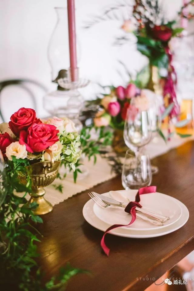 大红色餐桌布置