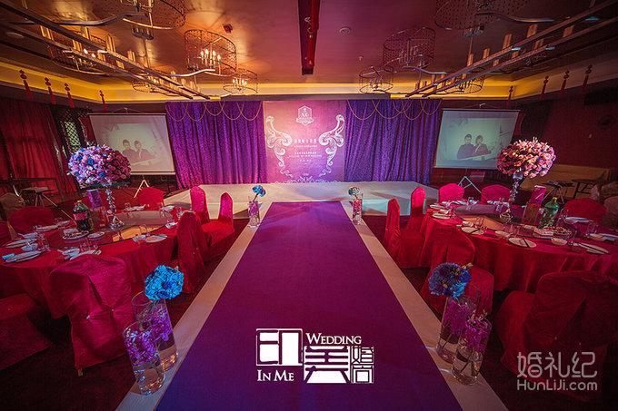 迎宾区 欧式紫色签到台桌布,专属设计签到指引牌,个性专属迎宾海报