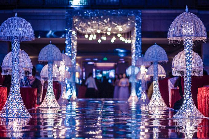 婚礼舞台复合式多层次大背景搭建 ●欧式罗马栅栏装饰搭配高仿真