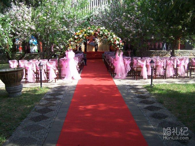 3) 婚礼专业化妆师全程跟妆;   4) 经典时尚欧式背景布置,荧光花