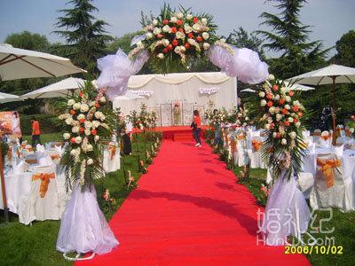 3) 婚礼专业化妆师全程跟妆;   4) 经典时尚欧式背景布置,荧光花环