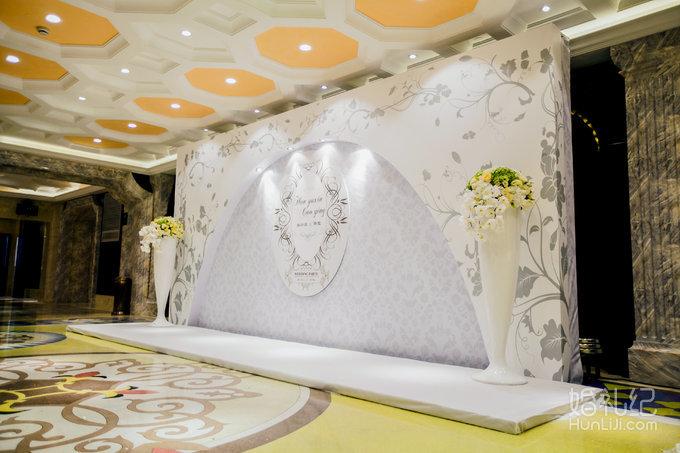 迎宾区 素雅迎宾背景 定制logo 方形迎宾舞台 欧式花柱一对 签到桌