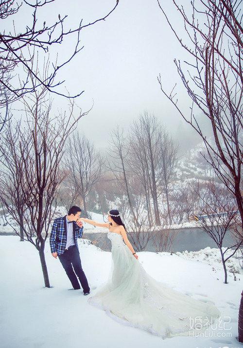 【雪地拍婚纱照,我最有创意】