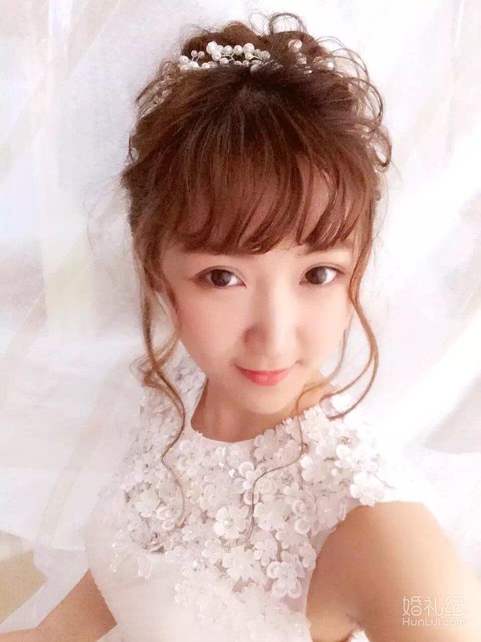 空气感卷发,清透的妆容,配上精致的蕾丝齐地,适合甜美可爱的新娘子