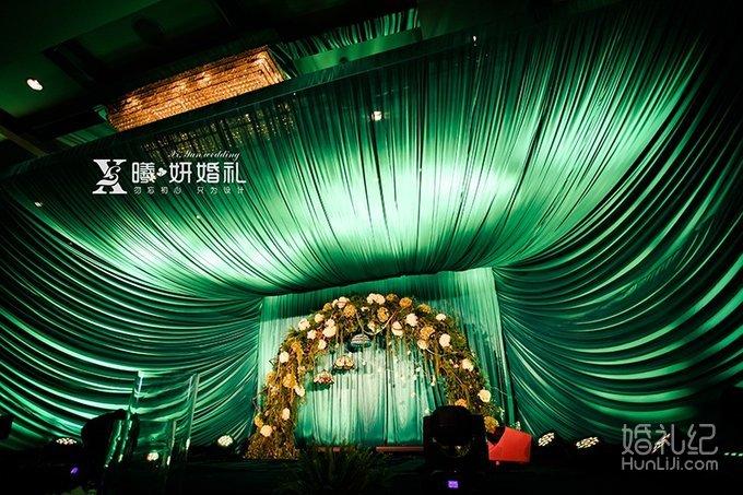 花瓣,蜡烛等,新娘出场的地方采用实木木桩搭建的主题风格花柱两组 主