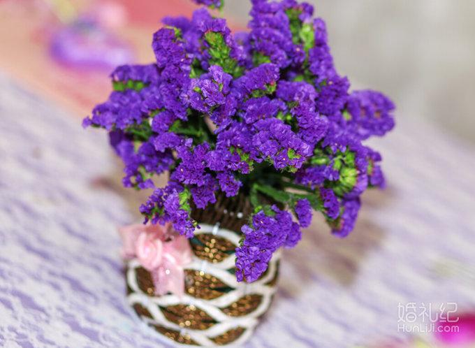 紫色鲜花点缀