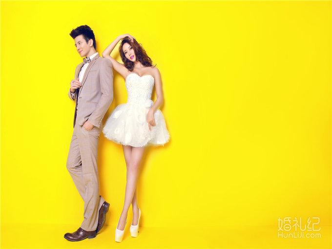 纯色背景布为背景拍摄简单大气唯美的纯色婚纱