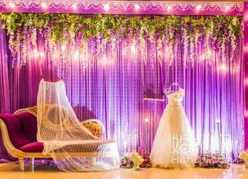 紫色背景大沙发一个白色蕾丝披散出来
