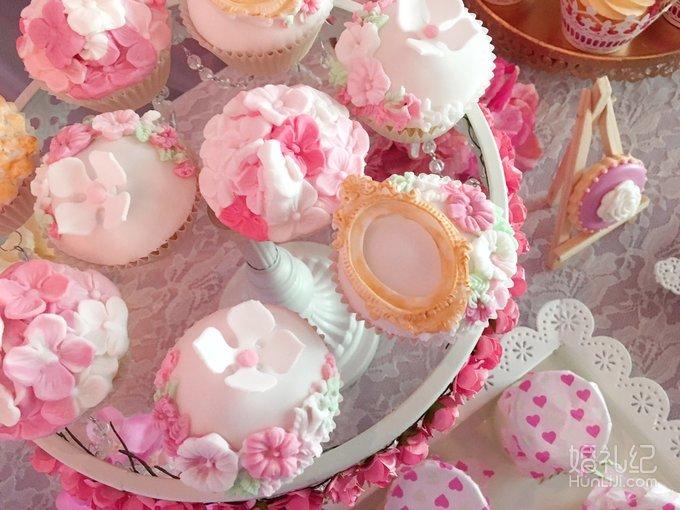 粉红色&玫粉色&金色 花朵主题婚礼甜品台