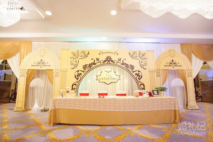 13 婚礼场地:君华大酒店 婚礼主题:欧式香槟金 婚礼摄影:日初婚礼策划