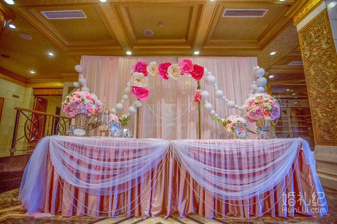 精美签到区布置 签到背景是由策划师精心设计的粉色纱幔墙,搭配香槟色