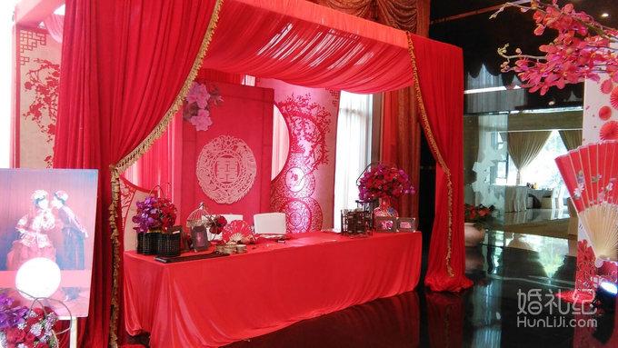 红色纱幔搭配 二,签到台布置: 豪华高品质桌台鲜花由花艺师精心搭配