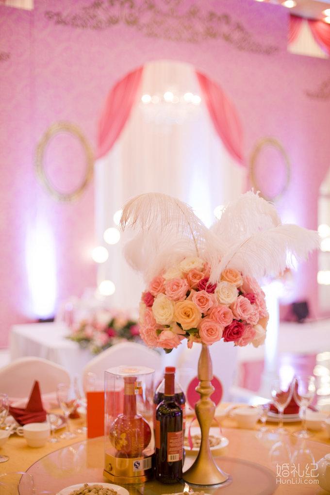 1,定制设计花艺主桌花2个 2,根据全场宴会设计方案搭配时令鲜花主桌