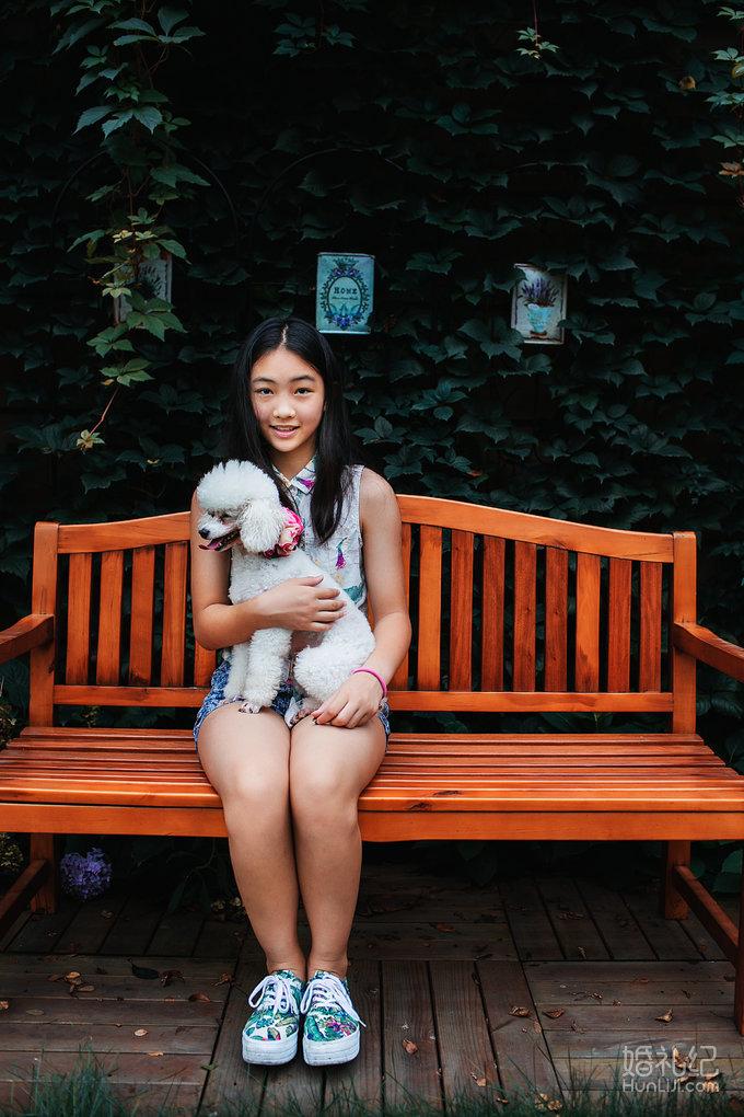 刚见到这个小姑娘时她很活泼 跑上跑下 还有一只很可爱的小狗一直跟着