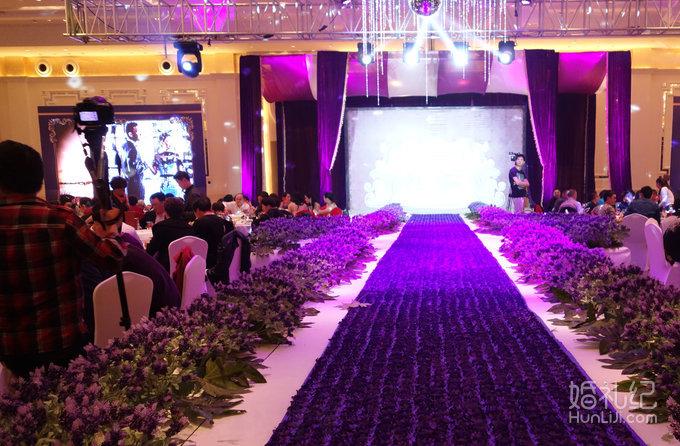 婚礼现场 以紫色薰衣草为主题  灯光  led大屏幕