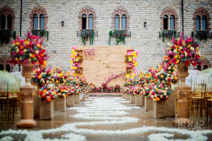 整场婚礼融入在欧式古堡建筑复古精致的背景中