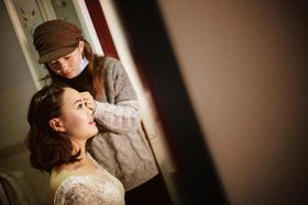如果在新娘家没有拍到完美的化妆照那就在酒店补上吧