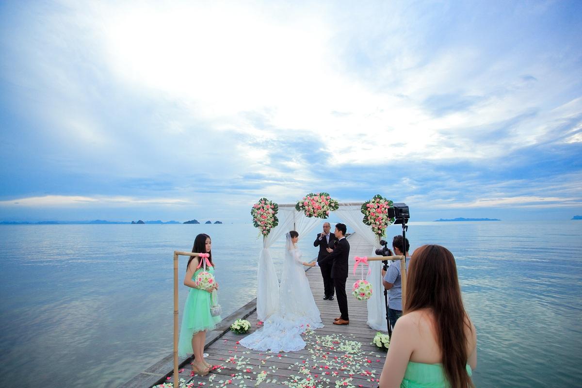 海边婚礼婚纱照