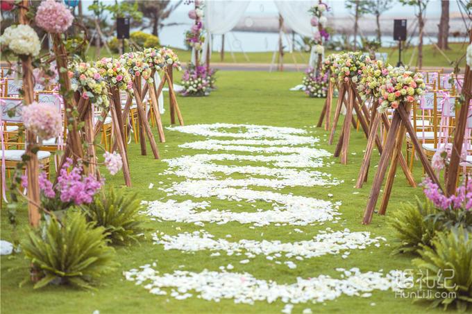 仪式区 1,提供原木色木桩路引装饰5组; 2,提供个性鲜花花艺10份; 3