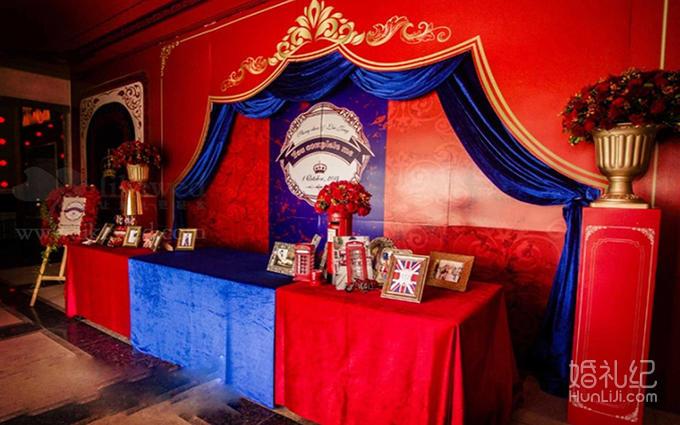 儀式區主背景采用呼應英倫風的紅藍色噴繪及布藝