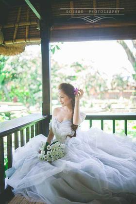 时尚新娘子婚纱礼服