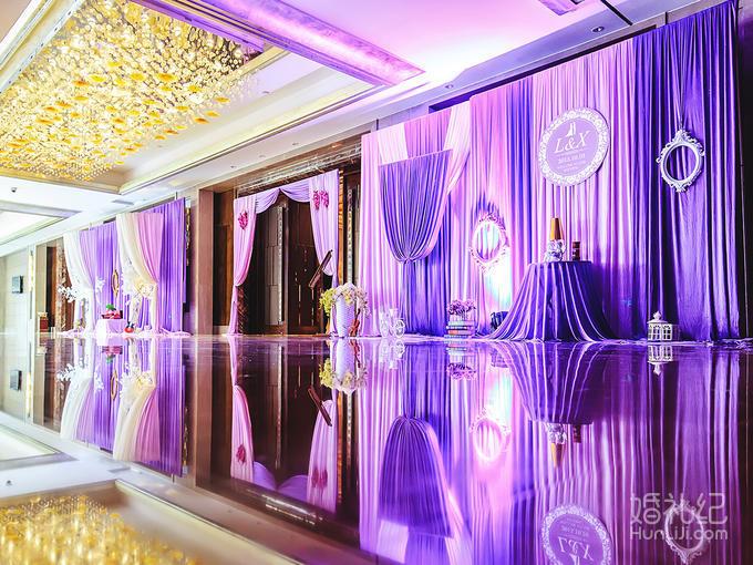 舞台背景唯美纱幔布置,颜色款式可选 2,婚礼主题logo牌1个 3,幸福通道