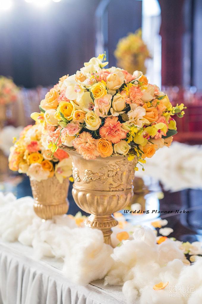 香槟色帷幔  复古金色画框 欧式真皮沙发 饱满鲜花 打造温馨的合影区